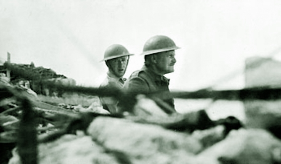 Lieutenant_General_Freyberg_gazes_over_the_parapet-1